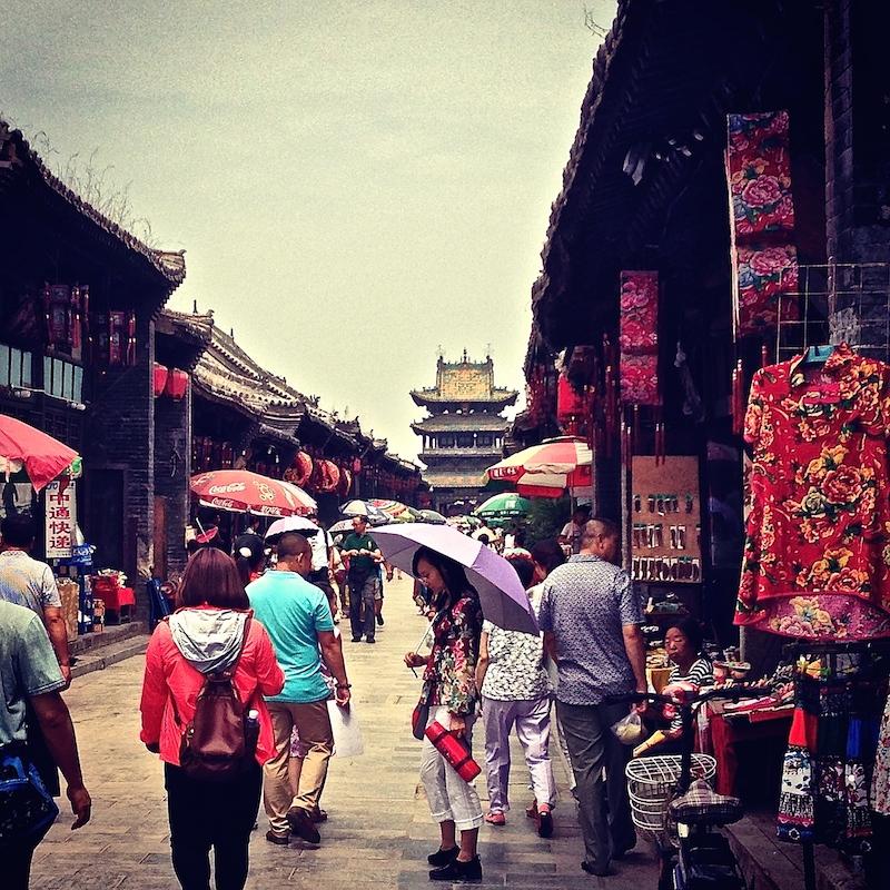 Les touristes se promènent dans la rue du nord à Pingyao