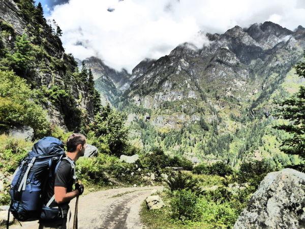 Sébastien admire la vue sur les monts anneigés des himalayas