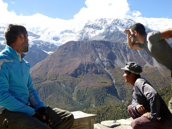 Nous admirons la vue sur les himalayas du village de manang