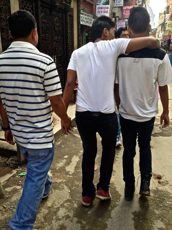 Un groupe d'amis se baladent main dans la main