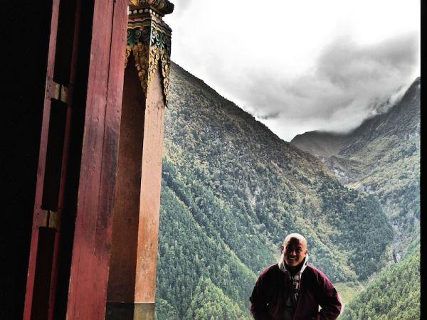 Moine près du monastère du haut-pisang