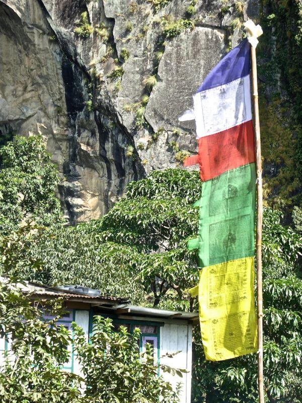 Drapeau bouddhiste dans un village des Himalayas