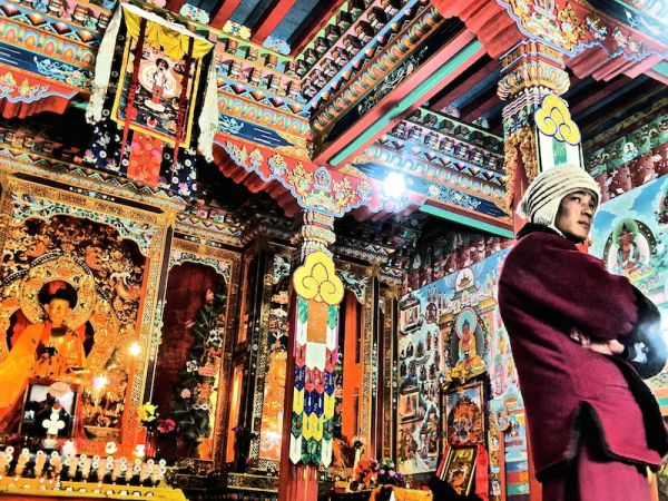 Jeune moine bouddhiste dans le monastère du haut pisang dans les himalayas