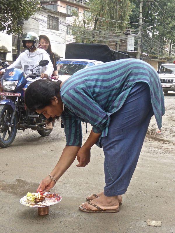Offrande aux dieux dans une rue de Katmandou, tradition hindoue