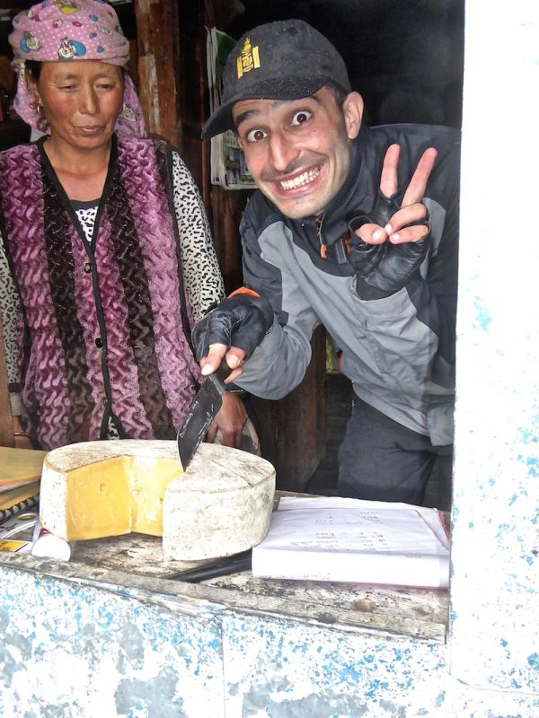 Nomadic boys essaient du formage de Yak