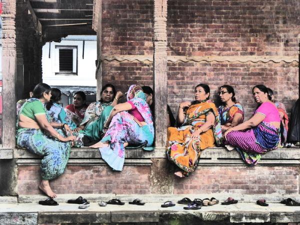 Des femmes népalais vêtues de leurs saris colorés