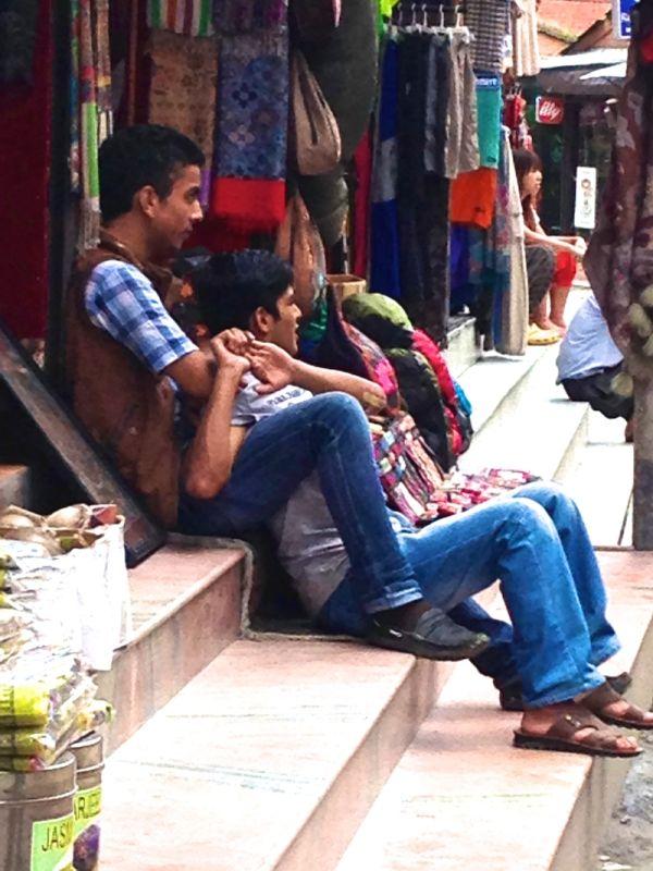 Affection entre garécons au Népal