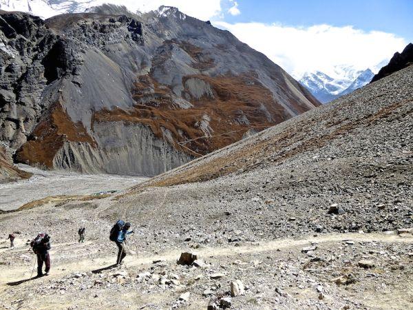 Paysage rocailleux et désertique à 4800 mètres.