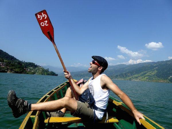 Bateau sur le lac de Pokhara et nomadic boys
